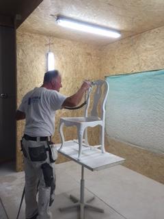 Den här stolen målas om och får nytt liv hos Peder & Jockes måleriservice